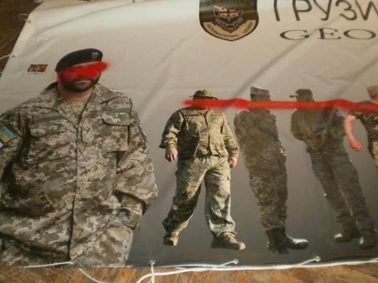 В Харькове неизвестные повредили баннер с фото всех бойцов