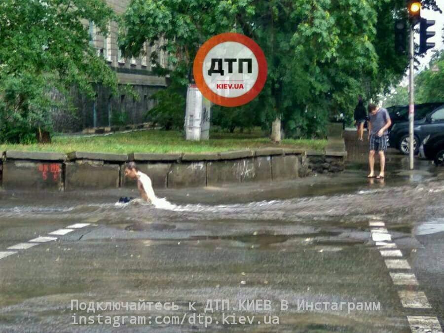 Потоп в столице: Киевляне принимают бесплатные ванны в центре города (Фото)