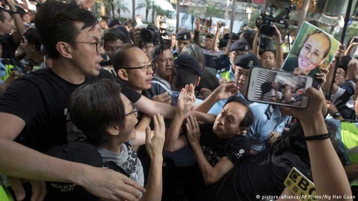 Десятки тысяч недовольных политикой китайцев устроили массовые протесты