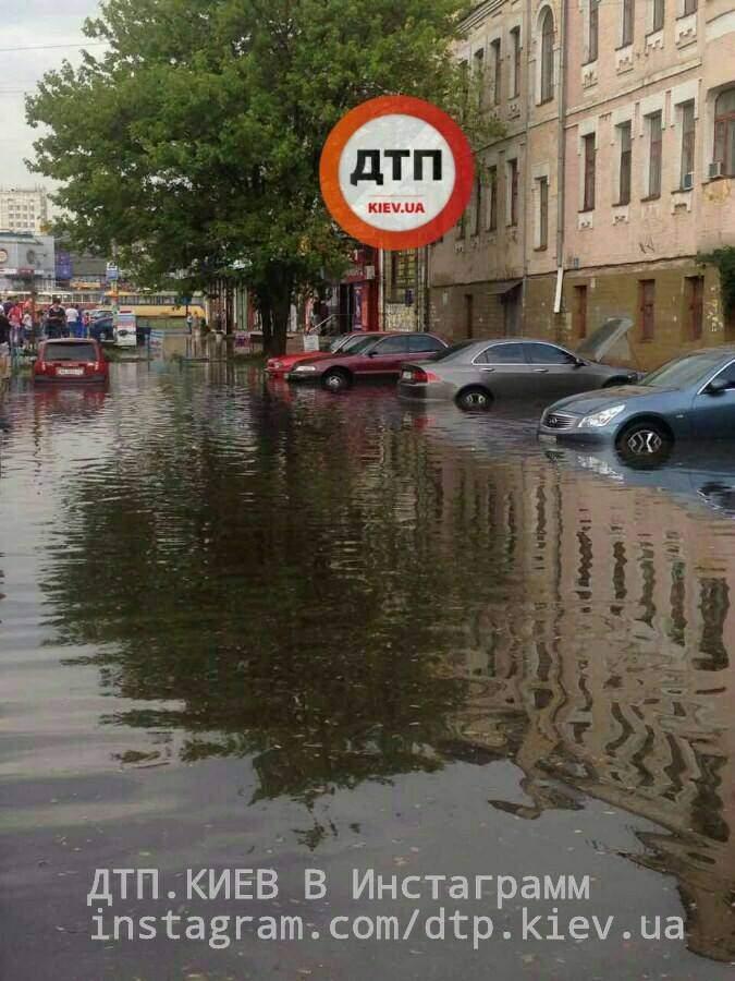 Столичную парковку затопило после дождей (Фото)