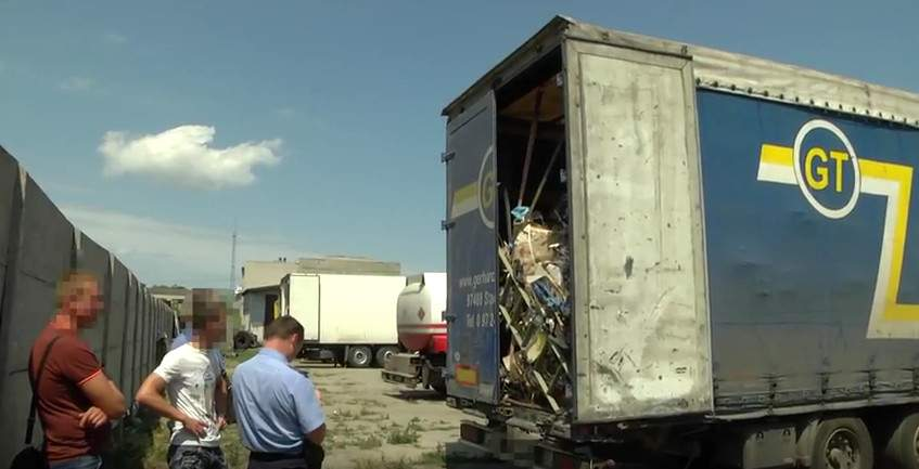 В Черкассах заметили грузовик с львовским мусором (фото)