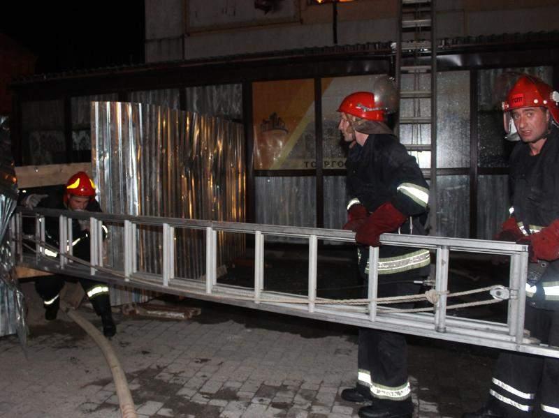 В Хмельницком в торгово-производственном здании произошёл пожар (фото)
