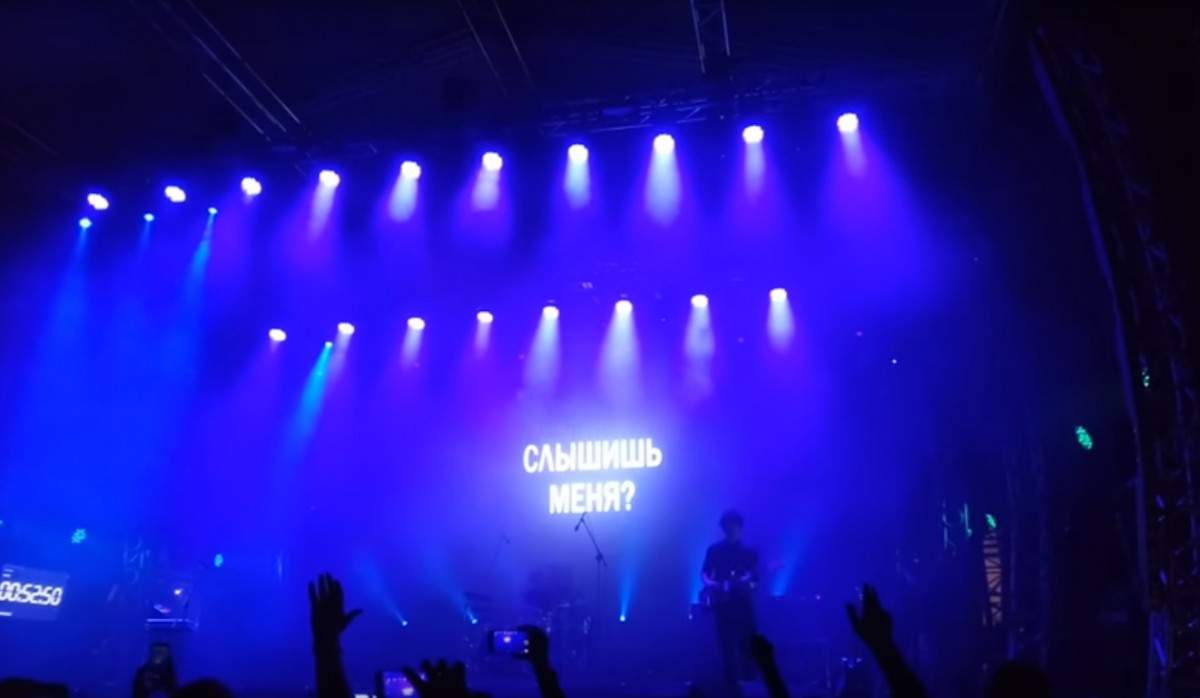 Российский музыкант Дельфин не смог выступить на Atlas Weekend из-за запрета на въезд в страну (видео)