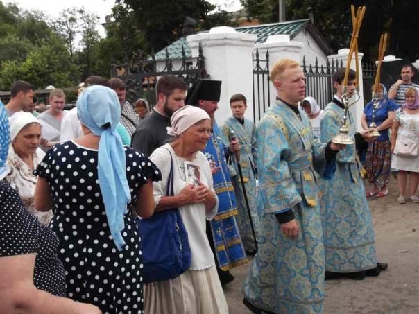 В Изюме проходит крестный ход за мир