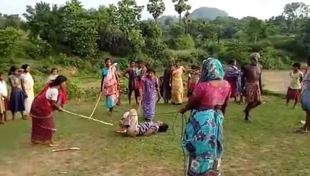 В Индии женщины забили педофила палками