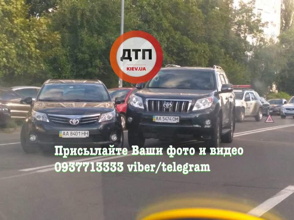В Киеве на двойной сплошной произошло ДТП (фото)