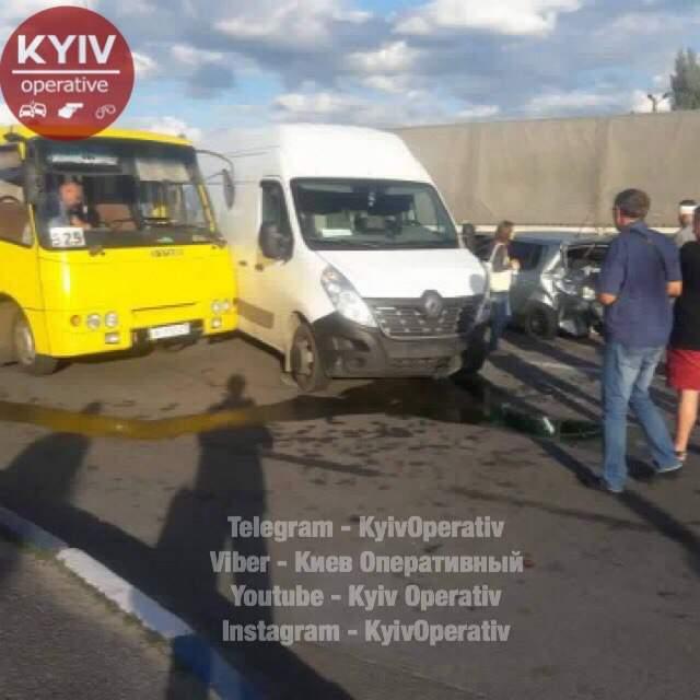 В Киеве произошло ДТП с участием маршрутного автобуса: есть пострадавший (фото)