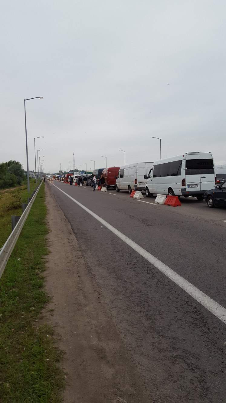 Украинцы жалуются на огромные очереди на границах с Европейским союзом (фото)