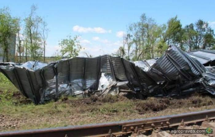 В Черкасской области мощным ураганом снесло металлический бункер для хранения зерна