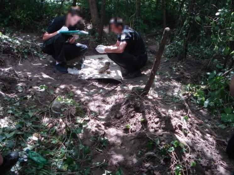 Во Львове в парке СБУ обнаружила тайник с боеприпасами (фото)
