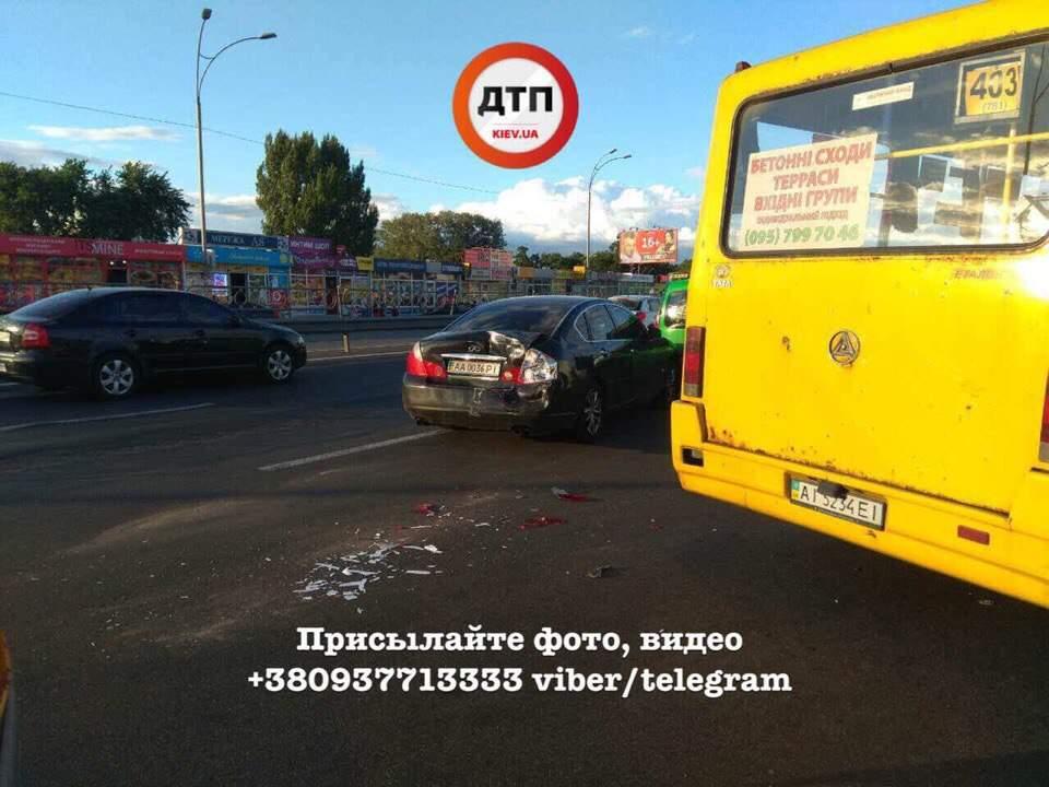 В Киеве водитель маршрутного автобуса из-за приступа эпилепсии влетел в столб (фото)
