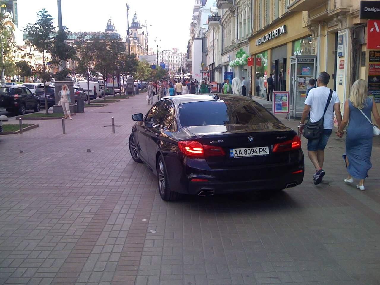 Безграничная свобода: в Киеве недалеко от мэрии на тротуаре срезали столбики (фото)