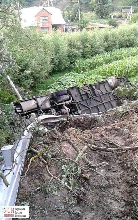 На Тернопольщине автобус с туристами рухнул в обрыв (Фото)