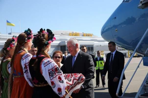 Порошенко встретил в Киеве госсекретаря США (Видео)