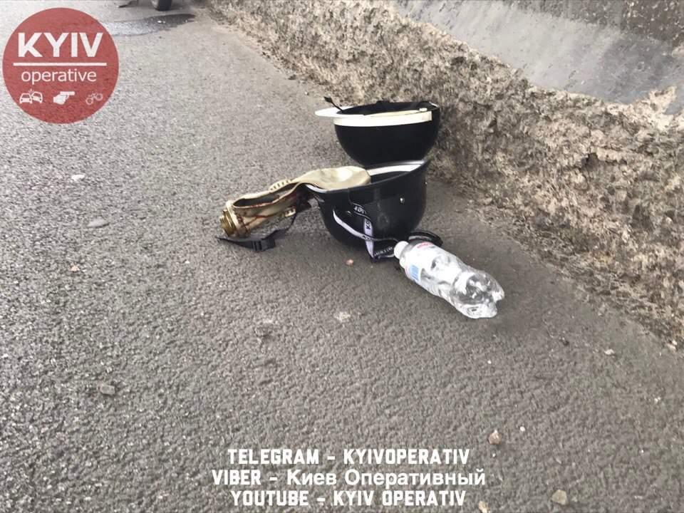 В Киеве пилот скутера разбился об отбойник (фото)