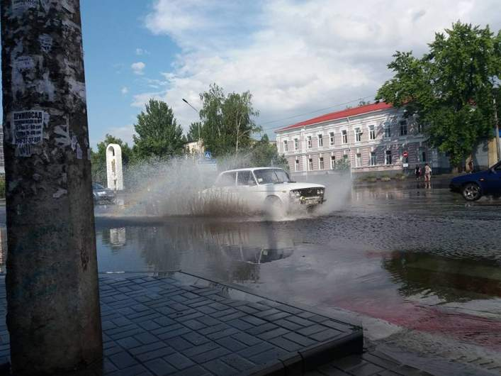 В Мелитополе из-за сильного ливня город погряз в воде (видео)