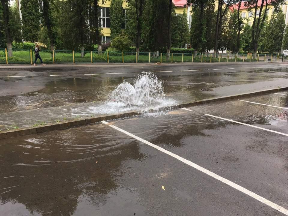 Во Львове второй день бушует фонтан (фото)