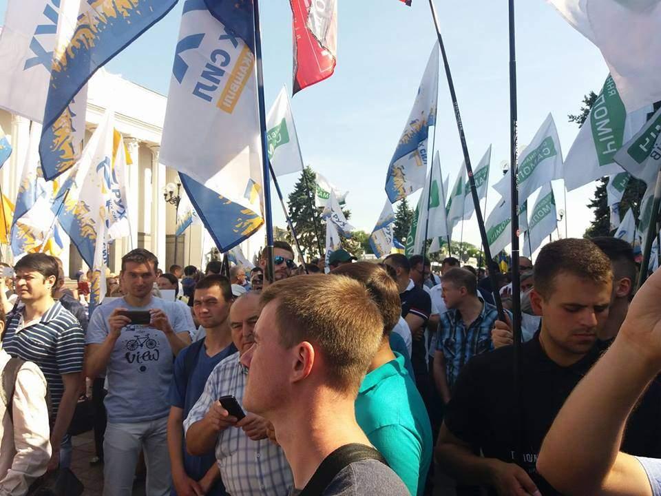 Под ВР собирается митинг