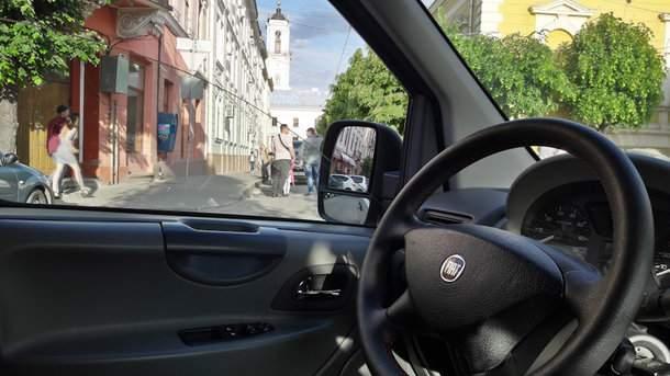 В Харькове пьяный дебошир пытался угнать автомобиль с пассажирами