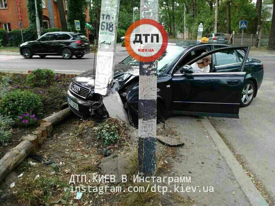 В Ирпене пьяный водитель въехал в столб (фото)