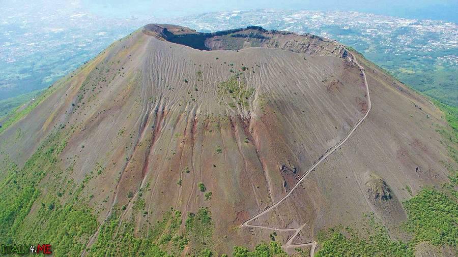 На юге Италии начал извергаться вулкан Везувий