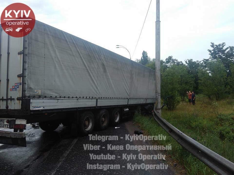 В столице произошло масштабное ДТП с двумя грузовыми фурами (фото)