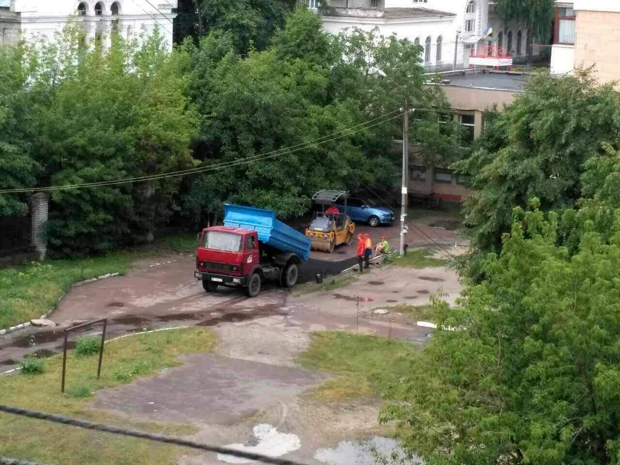 Отличились: в Житомире коммунальщики клали новый асфальт в лужи (видео)