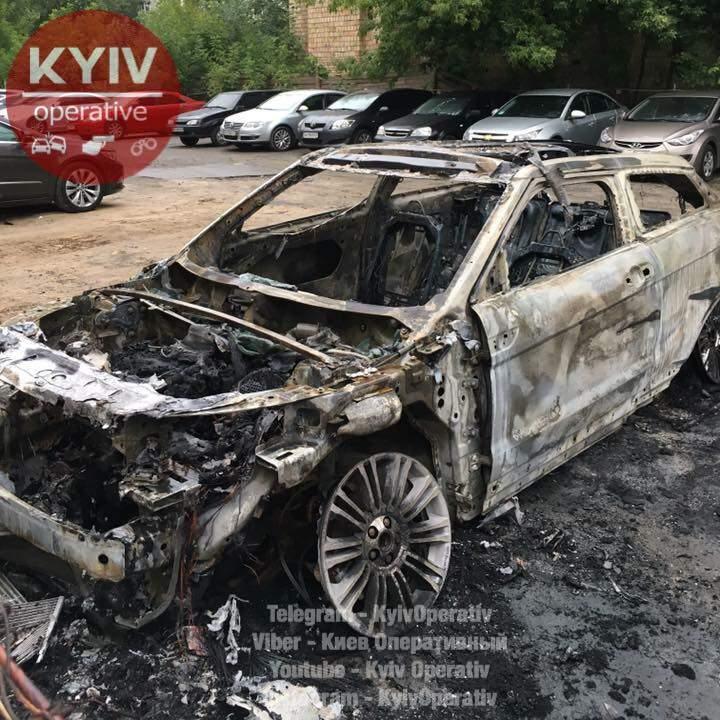 На охраняемой стоянке в Киеве ночью пылало авто (Видео)