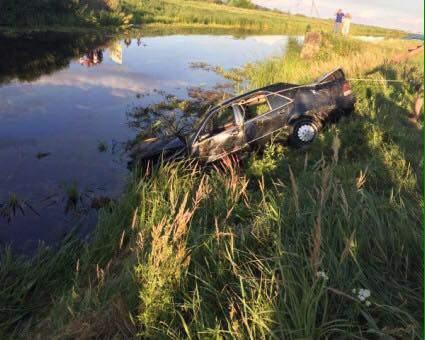 В Закарпатской области легковой автомобиль вылетел в канал: водитель погиб (фото)