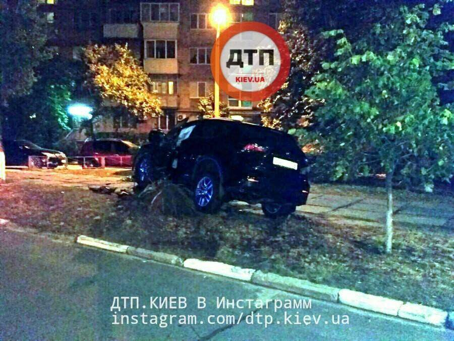 Под Киевом полицейский на Лексусе попал в ДТП (Фото)