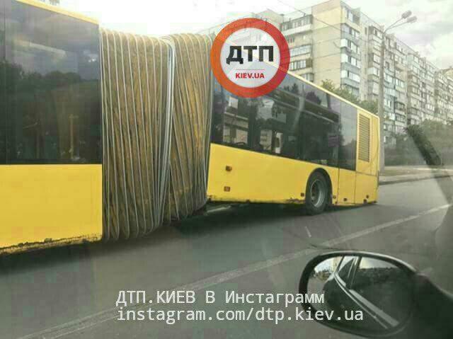 Фотофакт: в Киеве во время движения развалился автобус (фото)