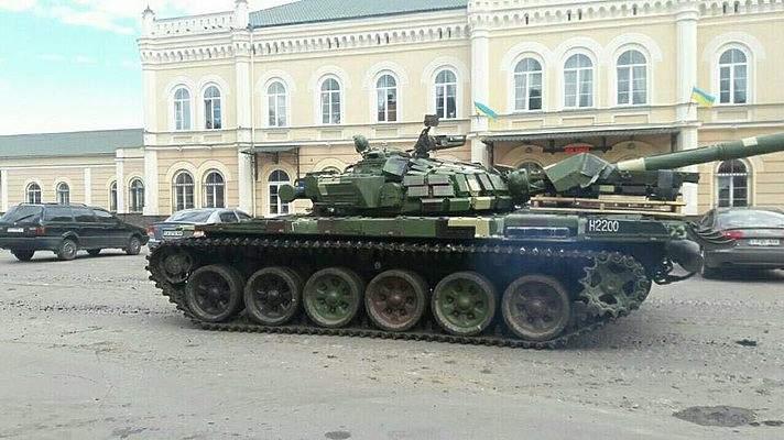 В Ивано-Франковской области ехавший по городу танк повредил асфальт (фото)