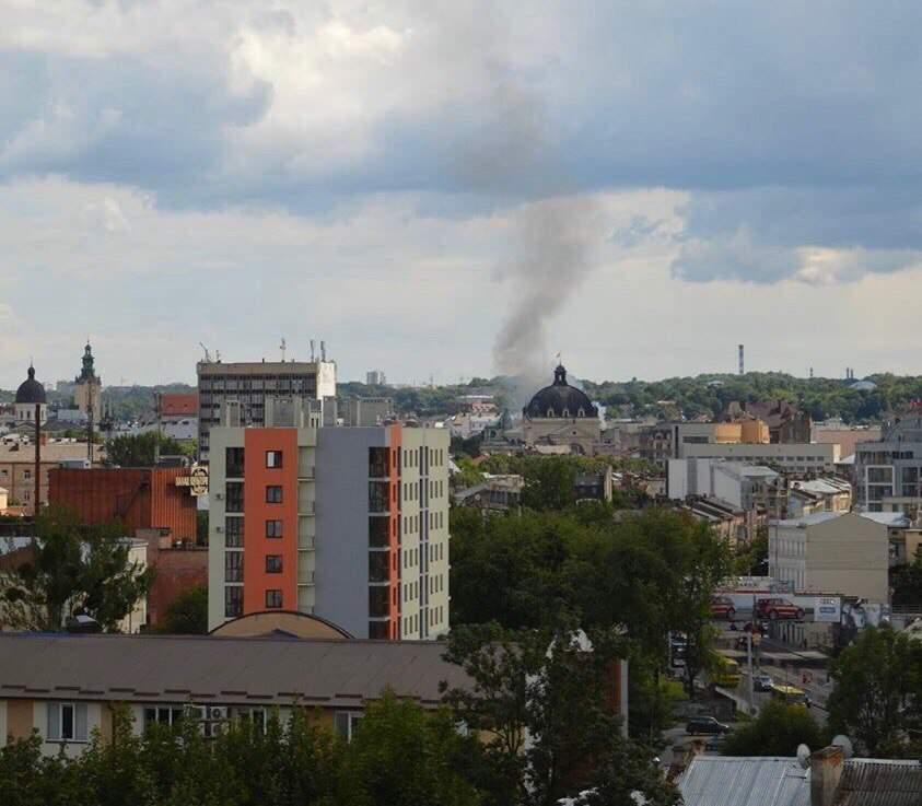 Во Львове горит жилой дом (фото)