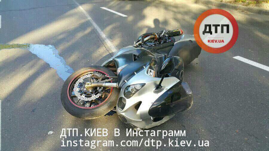 В Киеве в жутком ДТП с участием мотоцикла погибли два человека (фото)