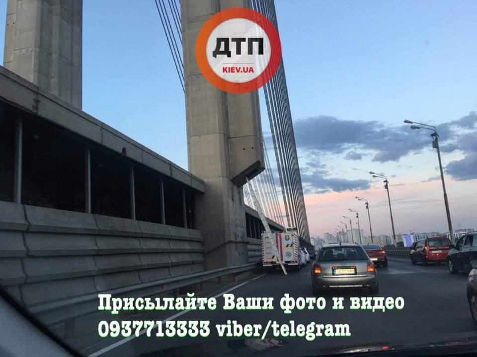 В Киеве руферы застряли на Южном мосту (фото)