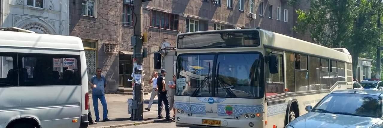 В Запорожье пассажирский автобус протаранил микроавтобус (фото)