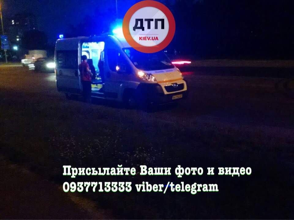 В Киеве произошло столкновение мотоцикла и микроавтобуса (фото)