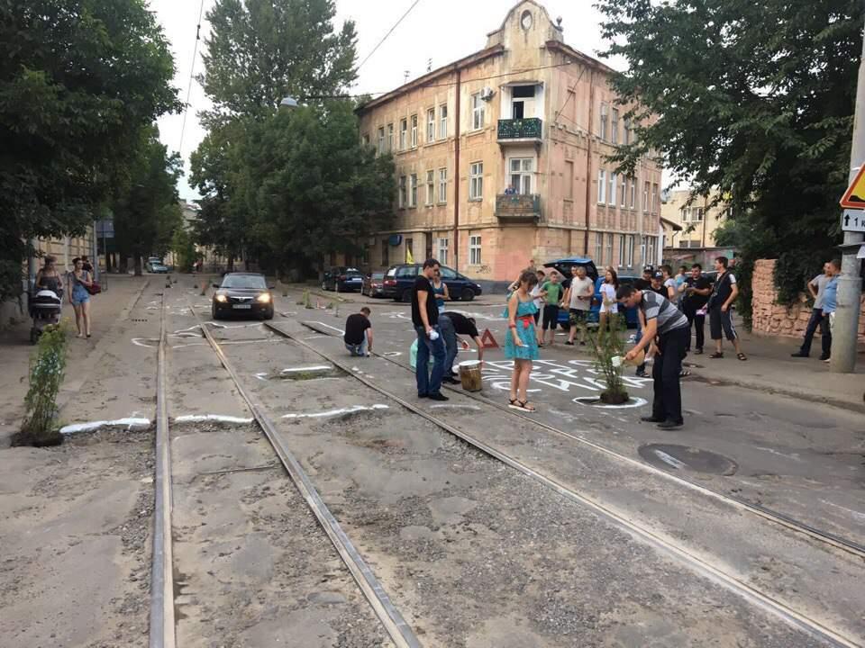 Нашли выход: во Львове жители одной из улиц превратили разрушенный асфальт в клумбу (фото)