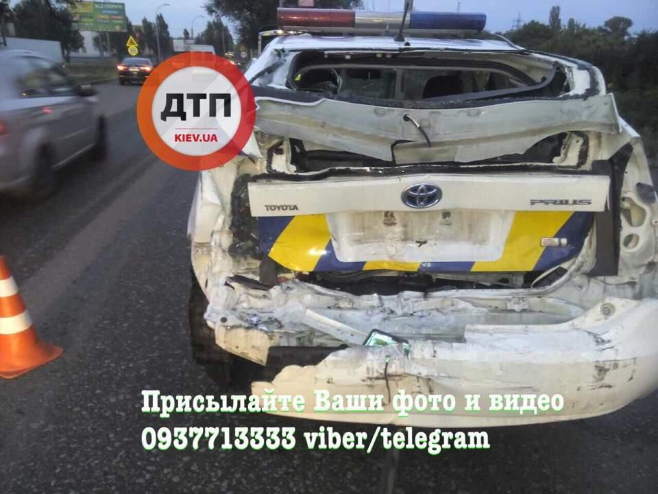 В Киеве водитель грузовика протаранил полицейский