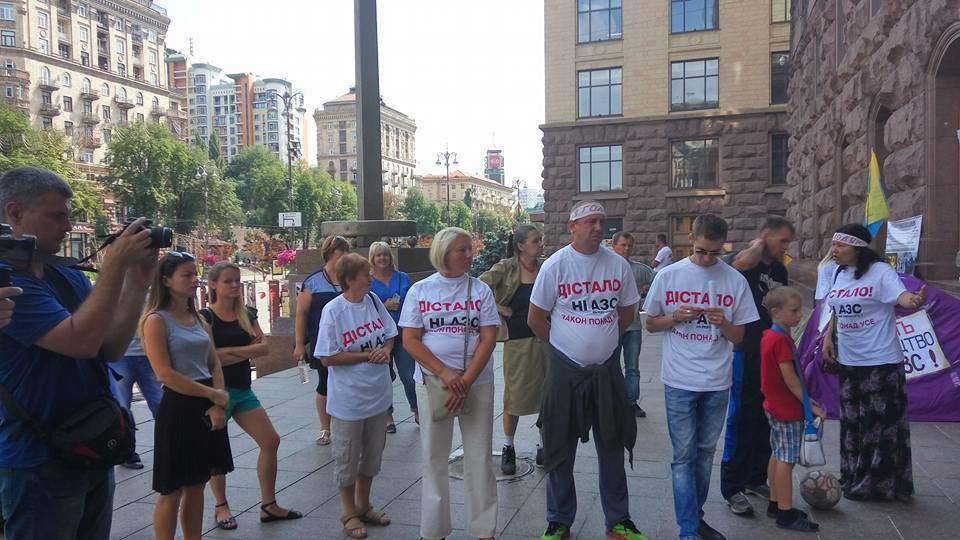 Под здание Киевсовета активисты принесли гроб в знак против застройки Дарницкого района (видео)