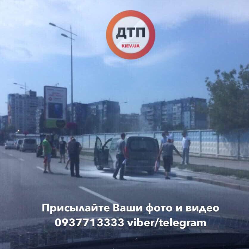В Киеве во время движения загорелся микроавтобус (фото)