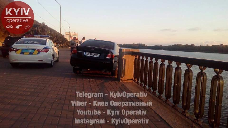 В столице водитель бросил машину после ДТП (Фото)