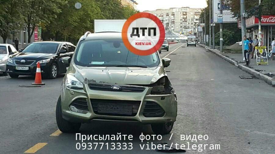 В Киеве в результате мощного столкновения с автомобилем пострадал мотоциклист (Фото)