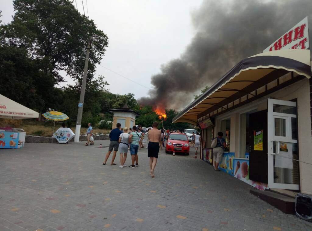 На популярном пляже Одессы возник сильный пожар (Видео)