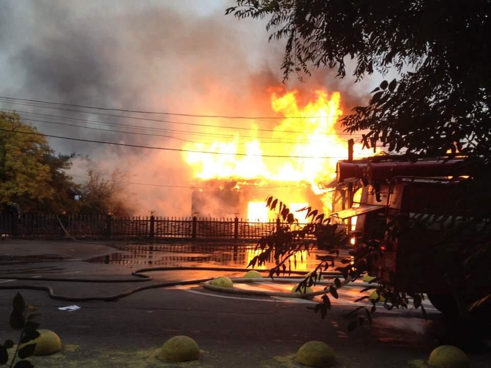 В результате тушения пожара в одесском ресторане пострадали спасатели (Видео)