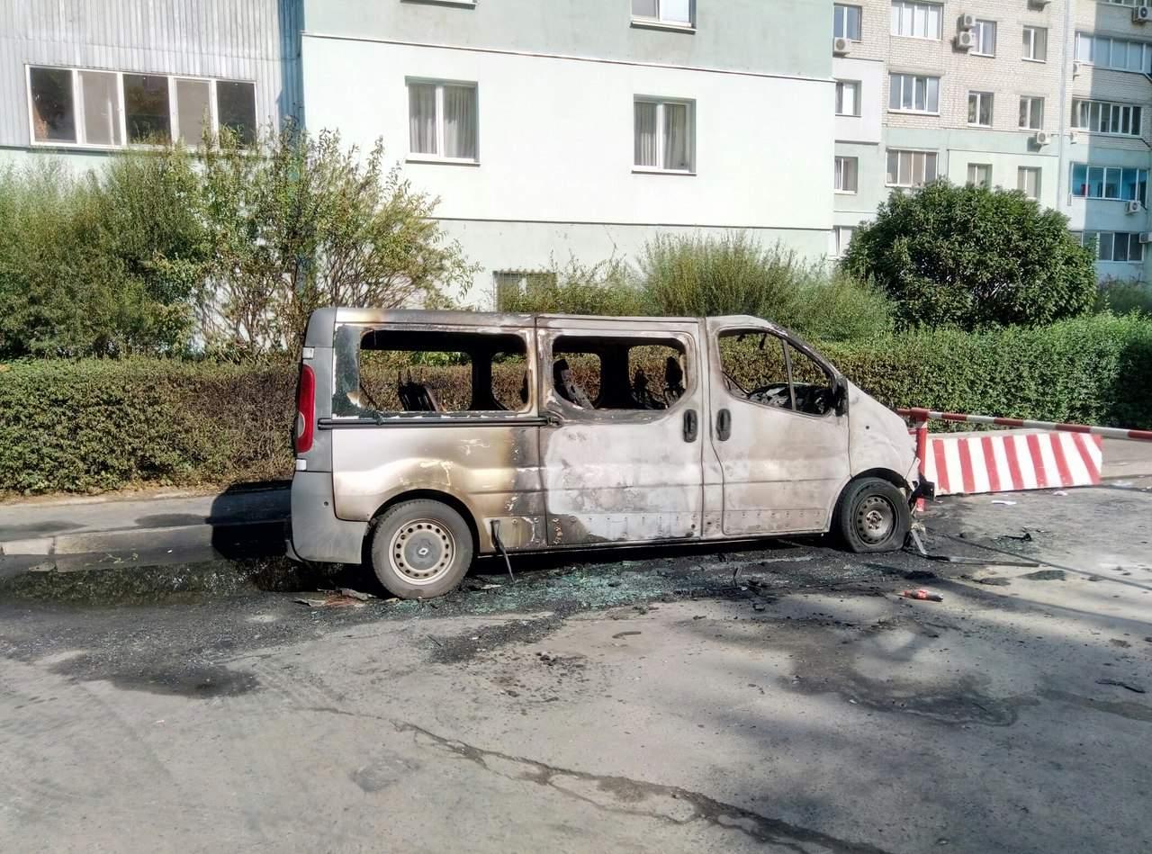 В одном из дворов Харькова сгорели два автомобиля (Фото)
