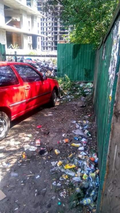 В Киеве на заброшенной стройплощадке образовалась стихийная свалка (фото)