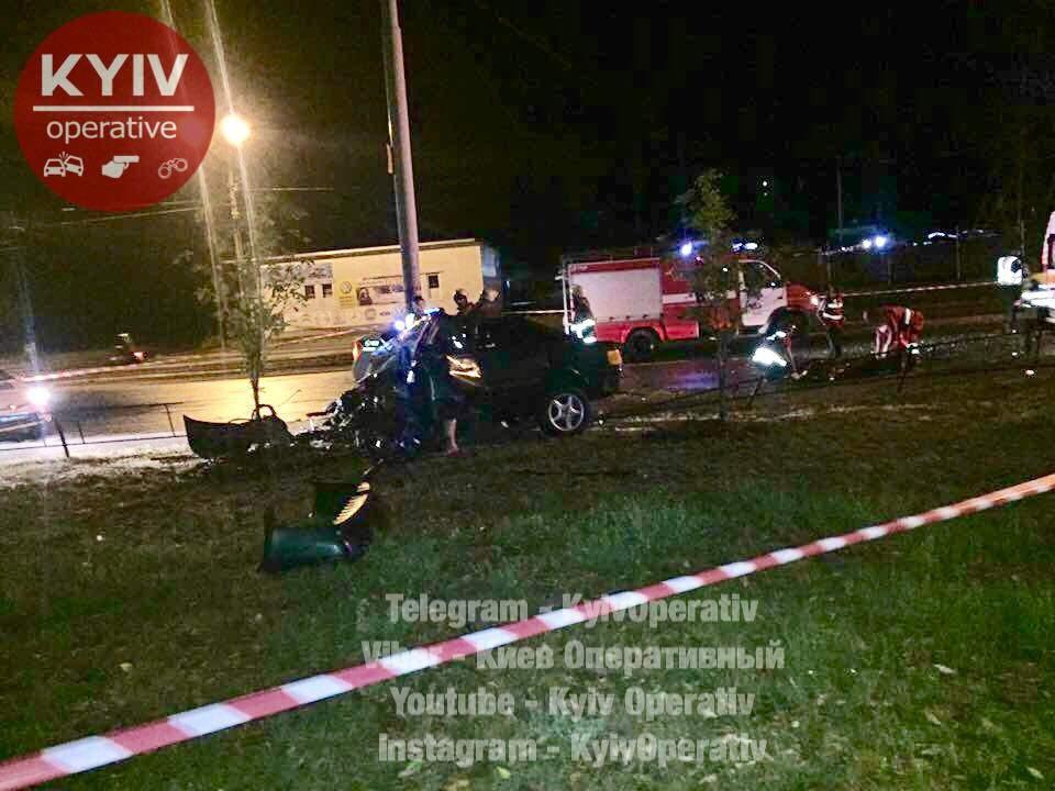 В столичном ДТП авто разорвало на части: водитель и пассажир погибли