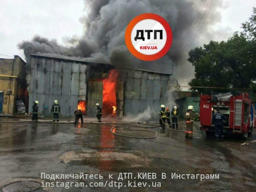 Мощнейший пожар в Киеве: на место происшествия выехало 17 пожарных машин (фото)