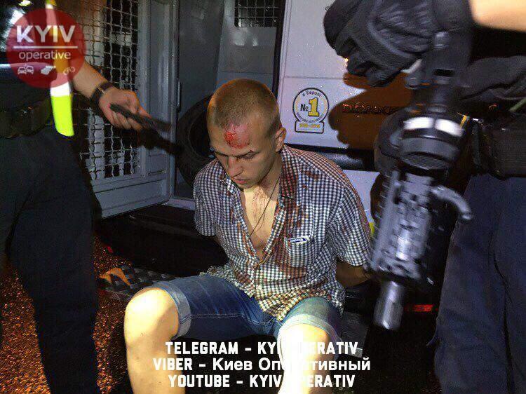 В Киеве нетрезвый водитель стал виновником аварии и скрылся с места происшествия (фото)
